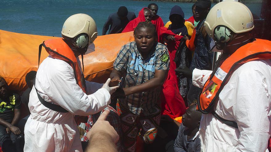 Una mujer inmigrante es ayudada por el equipo de rescate de Salvamento Marítimo y Cruz Roja el pasado sábado. / Marcos Romero (AP)