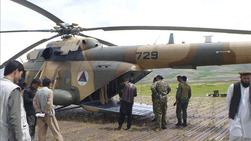 Mueren 3 personas y 18 son capturadas al caer un helicóptero en Afganistán