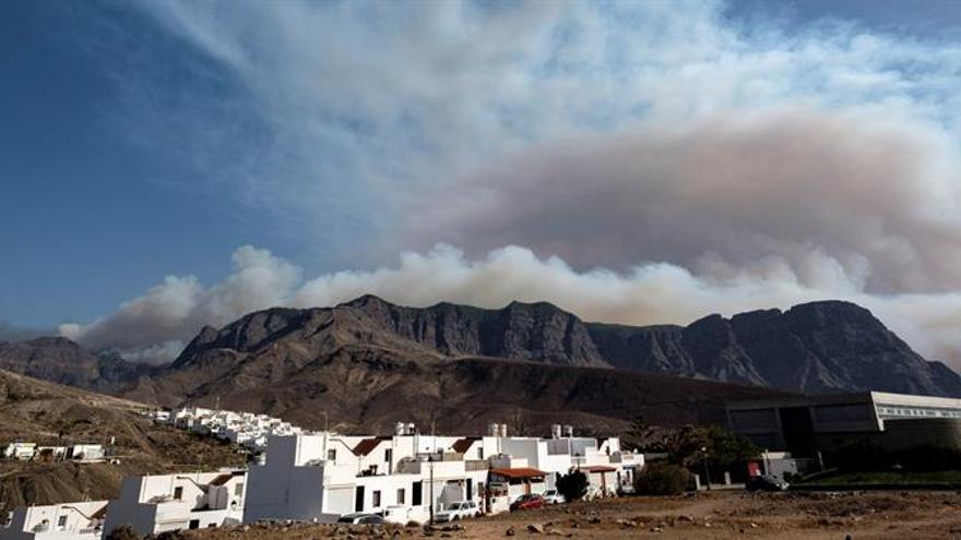 El incendio forestal declarado ayer sábado en Gran Canaria ha entrado en el Parque Natural de Tamadaba