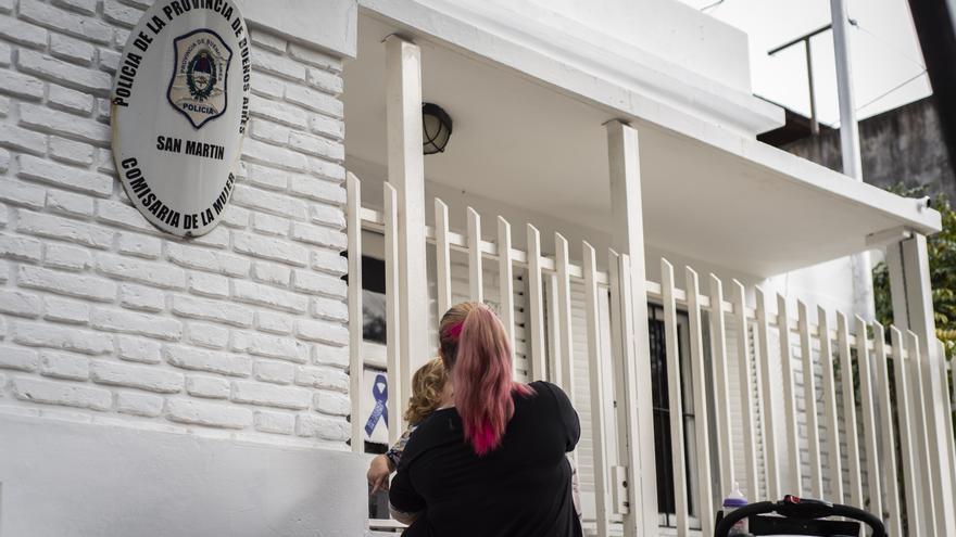 Víctimas que esperan en la calle y demoras insostenibles: así son las Comisarías de la Mujer del Conurbano que no dan abasto