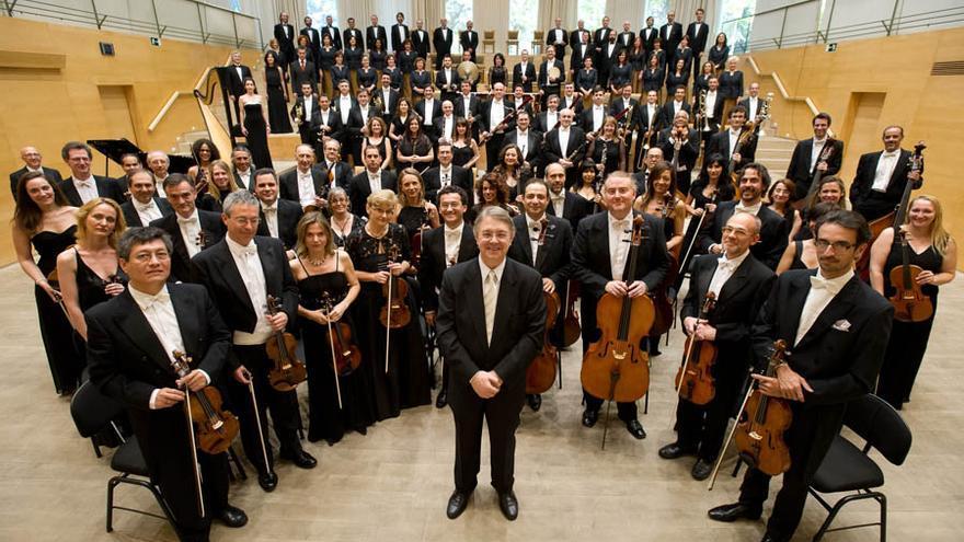 La Orquesta de la Comunidad de Madrid con su director titular, Víctor Pablo Pérez. Foto: ORCAM
