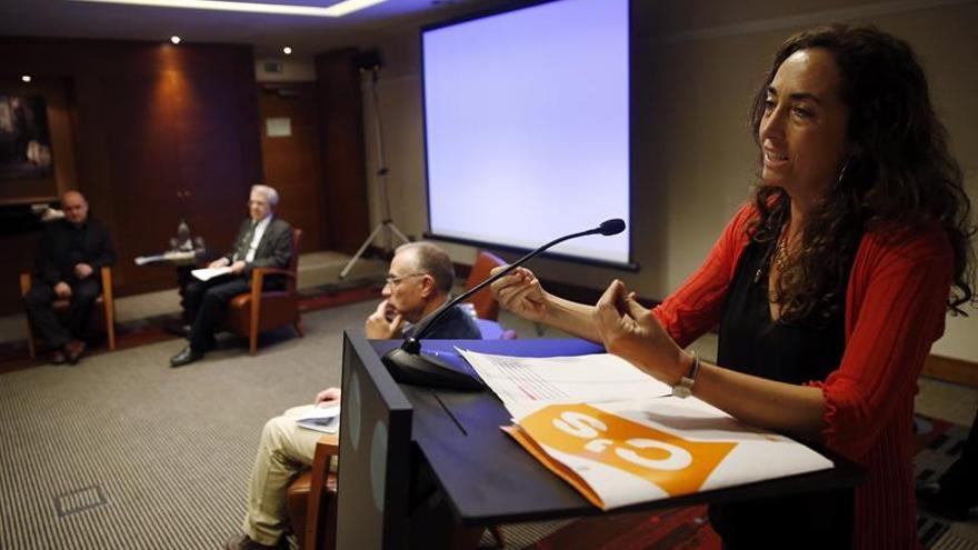 Carolina Punset durante una mesa redonda sobre trilingüismo