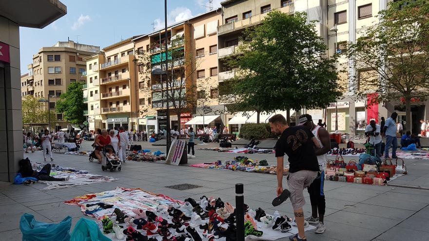 Vendedores de 'top manta' durante las fiestas de Sanfermín en la avenida Carlos III.