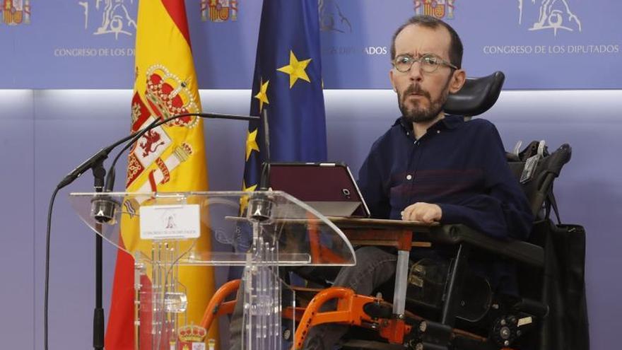El portavoz de Unidas Podemos, Pablo Echenique, durante una rueda de prensa en el Congreso.