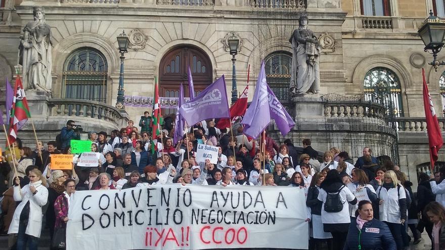Trabajadoras de ayuda a domicilio de Bizkaia realizan la primera jornada de huelga de estas Navidades por el convenio