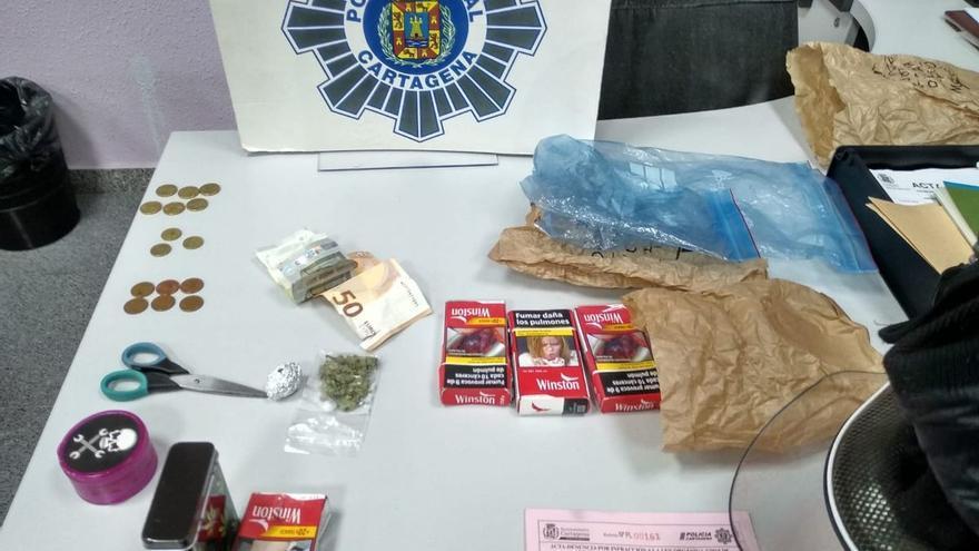 Los agentes intervinieron billetes y monedas fraccionadas, así como la droga en dosis lista para su distribución