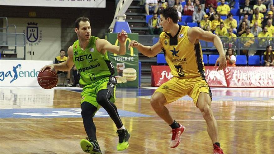 El base del RETAbet.es Gipuzkoa Pedro LLompar (i) y el base del Iberostar Tenerife Rodrigo San Miguel durante el partido de la undécima jornada de liga ACB, disputado en el pabellón Santiago Martín de La Laguna.