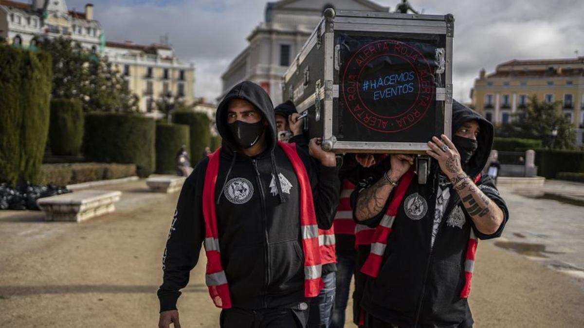 """Bajo el lema """"Alerta de luto"""" los trabajadores de la cultura se manifiestan en Madrid."""