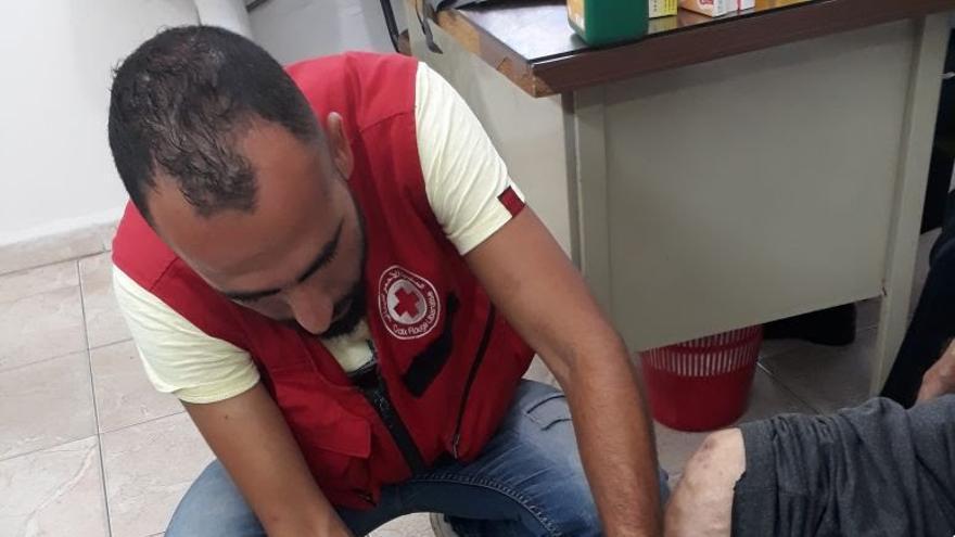 Asistencia de un médico de Cruz Roja en el Líbano.