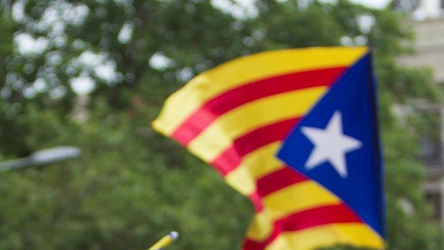 """Centenares de manifestantes piden en Barcelona desobedecer al Constitucional """"sin miedo"""""""