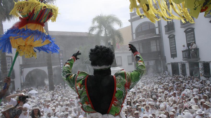 La Negra Tomasa se dirige a la multitud indiana.