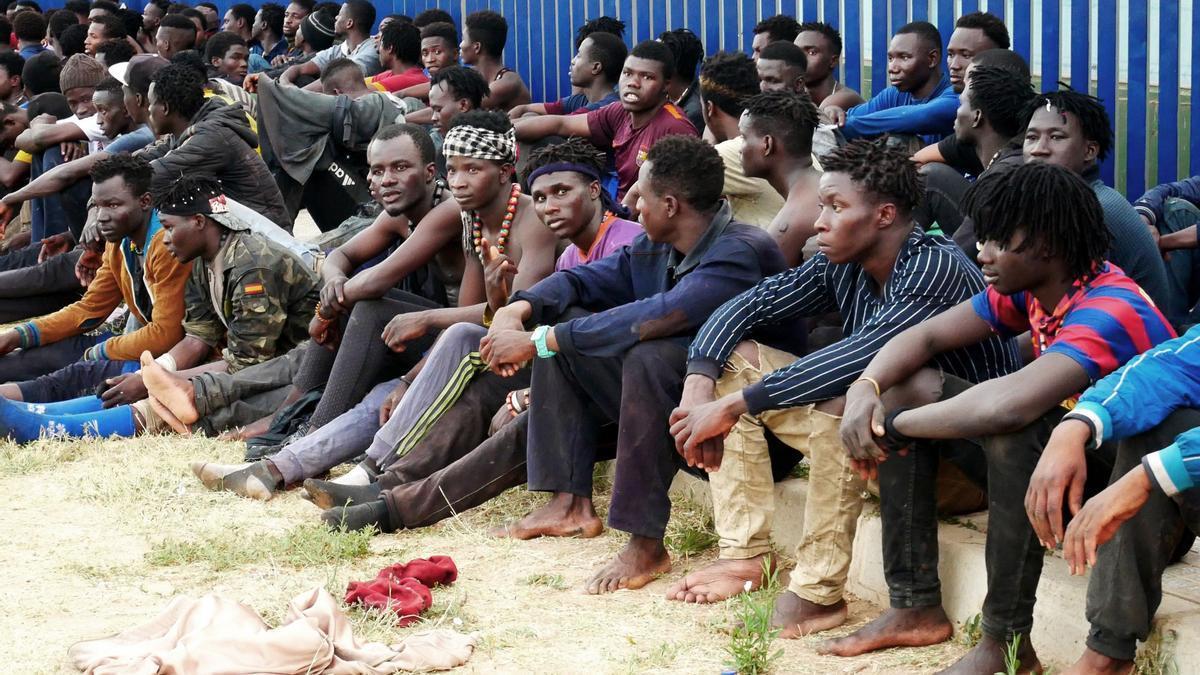 Un grupo de migrantes aguardan tras conseguir saltar la valla fronteriza este jueves.