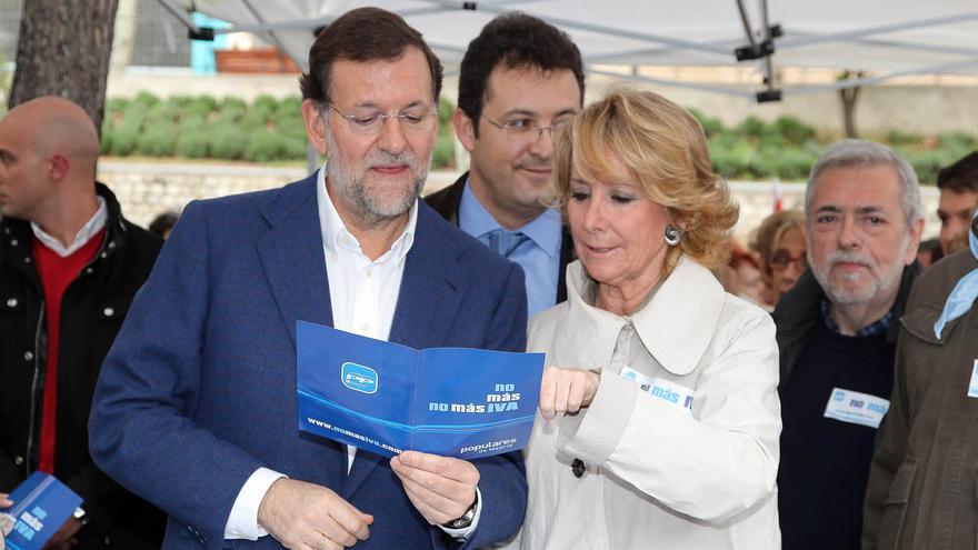 Mariano Rajoy y Esperanza Aguirre hacen campaña contra la subida del IVA en un acto en Leganés (Madrid) en abril de 2010.