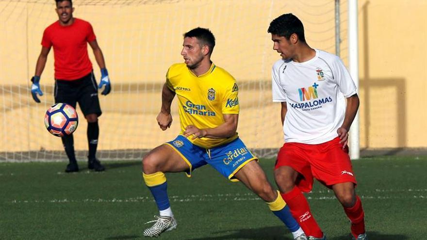 El argentino Jonathan Calleri, durante el partido amistoso contra una selección de jugadores del sur de la isla de Gran Canaria, disputado  en Tunte. (EFE/Elvira Urquijo A.)