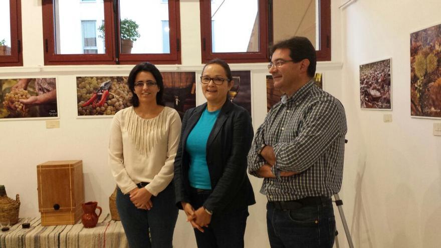 En la imagen, inauguración de la exposición de fotografías en honor al vino en la Casa de la Cultura de Puntallana.
