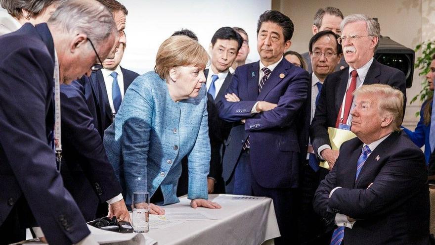 Merkel, Macron y otros líderes del G7 rodean a Trump en una reunión informal de la cumbre.