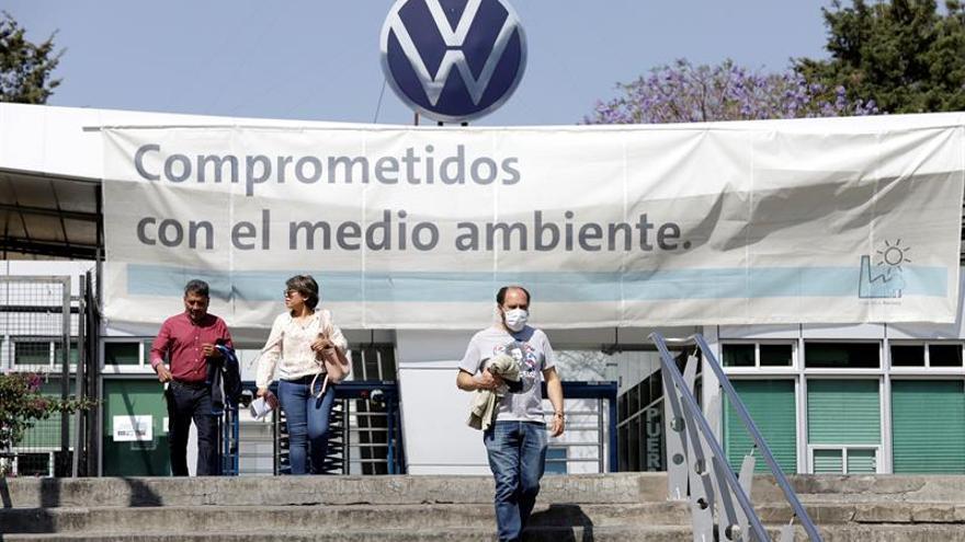 Vista de la fabrica de automóviles Alemán Volkswagen, este domingo en Puebla (México). Ante la fase 2 de la contingencia sanitaria por coronavirus, la armadora alemana de Volkswagen ubicada en el central estado mexicano de Puebla inicia un receso de labores.