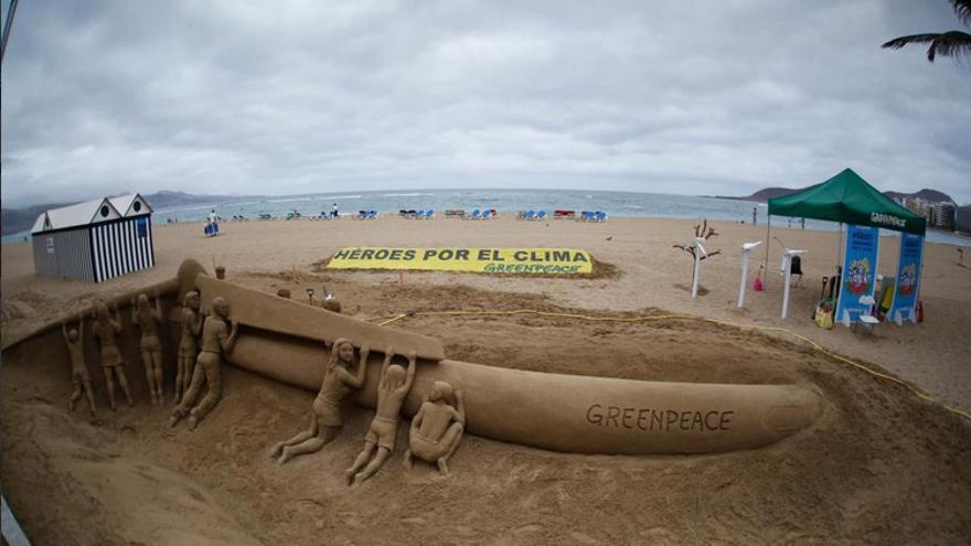 Escultura de arena de Etual Ojeda que representa un aerogenerador eólico siendo levantado por un grupo de personas. (Greenpeace).
