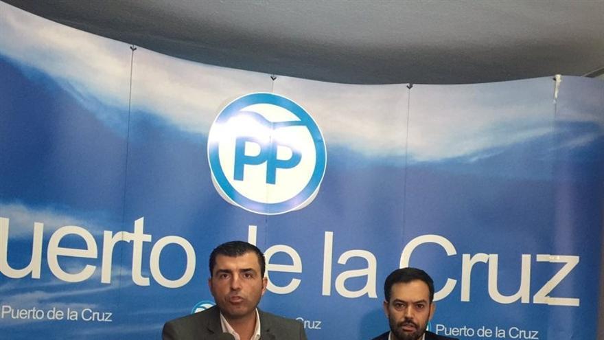 Manuel Domínguez (i), junto al alcalde de Puerto de la Cruz, Lope Afonso
