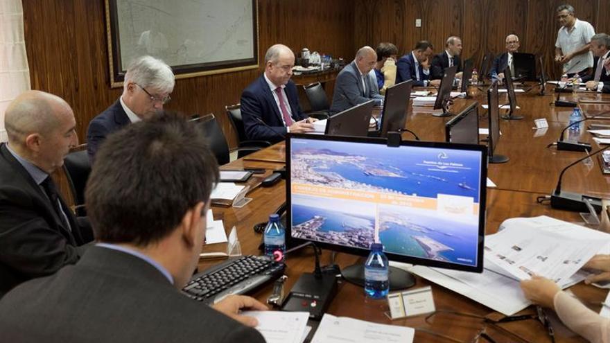 El presidente de la Autoridad Portuaria de Las Palmas, Luis Ibarra (i, de espaldas), presidiendo una reunión del Consejo de Administración