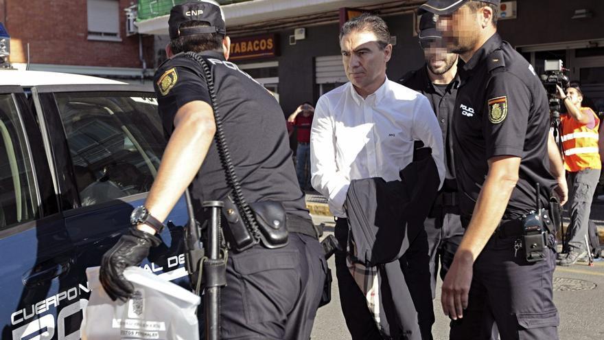 Serafín Castellano llega detenido a los juzgados de Sagunto. / Manuel Bruque / Efe