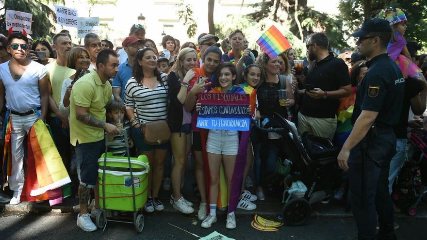 """Unas jóvenes llevan un cartel que dice: """"Los bisexuales estamos confundidos ante tu ignorancia"""""""