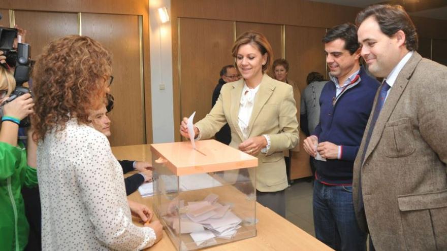 María Dolores de Cospedal ejerciendo su derecho al voto para elegir a los compromisarios del PP Albacete