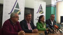 Santiago Cacho, de la Cooperativa del Campo La Candelaria; Rafael Hernández, a su lado, y Ángela Delgado, este martes en Tenerife