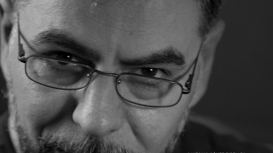 """Ángel Paniagua, poeta: """"Los humanos nos empeñamos en destruir el lugar donde vivimos, extrañamente"""""""