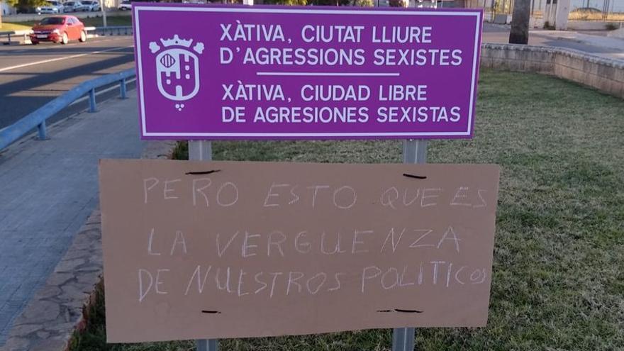 Imagen del cartel colocado junto a la placa de la declaración de Xàtiva