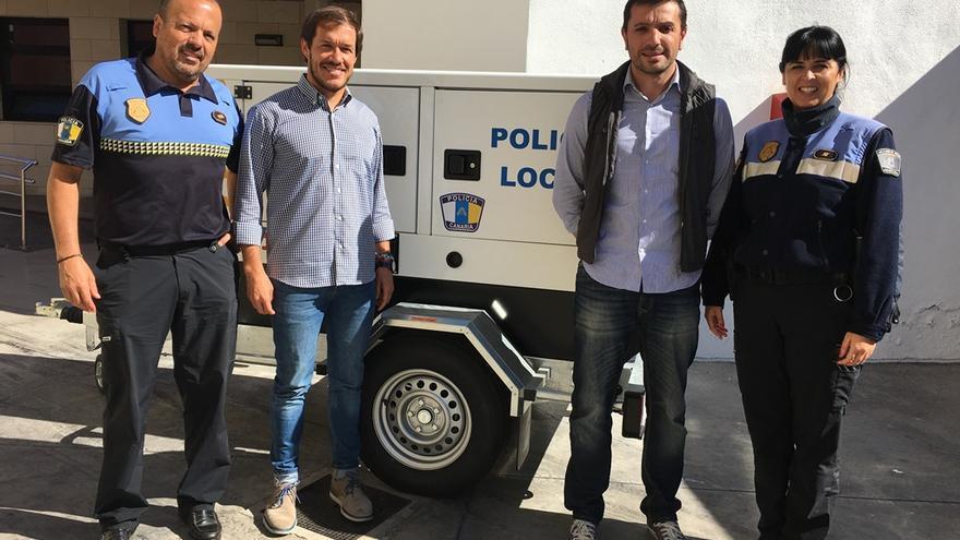 Mariano Hernández con agentes de la Policía Local.