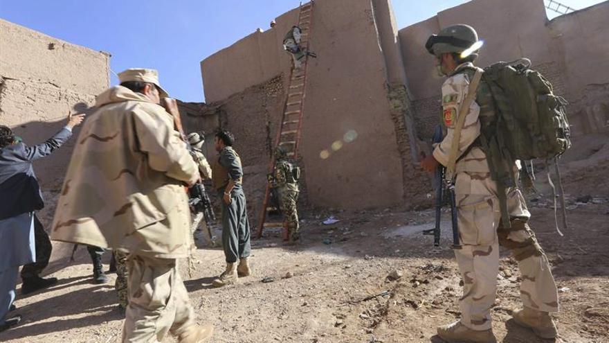 Mueren al menos 22 policías y 45 talibanes en los ataques en el sur de Afganistán