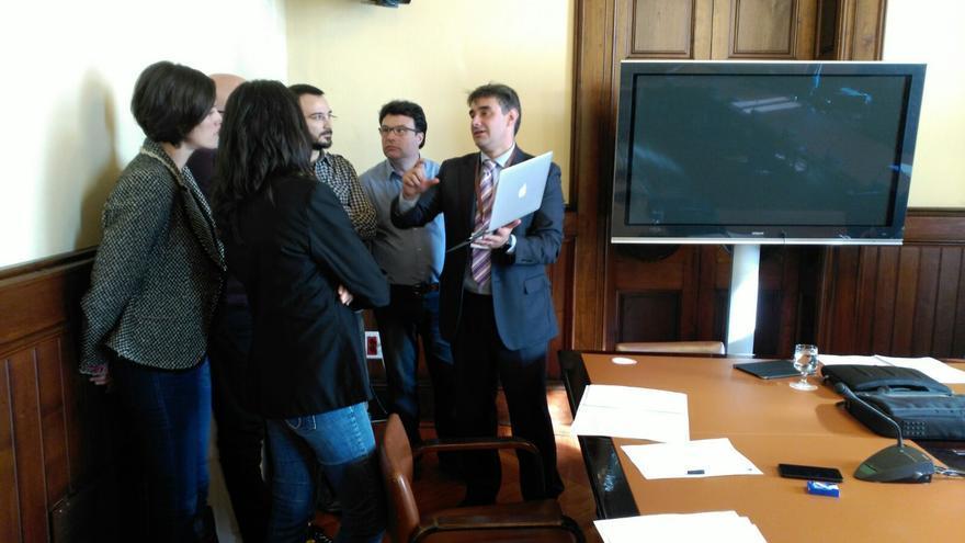 El vicepresidente tercero del Parlamento andaluz, Juan Moreno Yagüe, explica a los diputados su propuesta