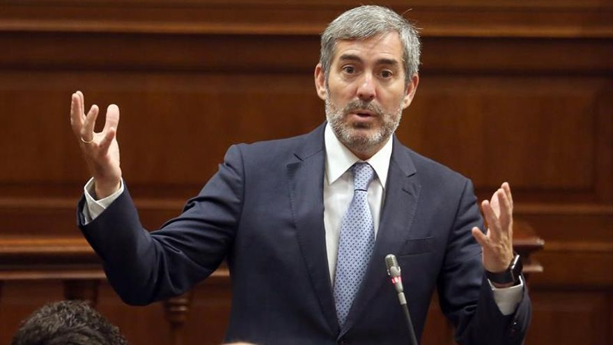 El presidente del Gobierno de Canarias, Fernando Clavijo, durante una de sus intervenciones en la sesión plenaria del Parlamento regional. EFE/Cristóbal García