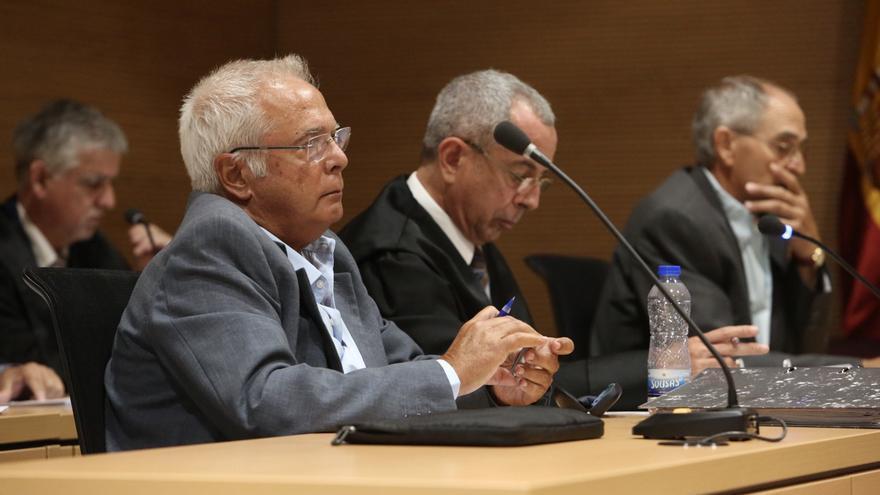 Antonio Ruiz, exconcejal de Urbanismo de Santa Lucía, en primer término. Al fondo, el exalcalde Silverio Matos. En medio, el abogado de ambos, José María Guerra. (ALEJANDRO RAMOS)