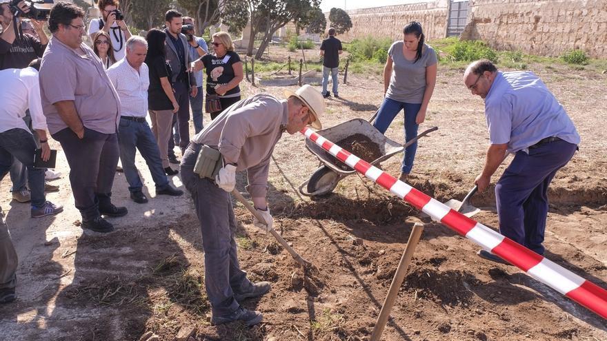 Comienzan los trabajos para exhumaciones solicitadas por la Asociación Bebés Robados en el cementerio de Cádiz