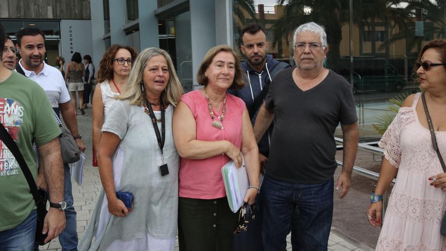 La trabajadora vetada, en el centro de la imagen, apoyada por miembros de la Junta de Personal el pasado viernes. (ALEJANDRO RAMOS)