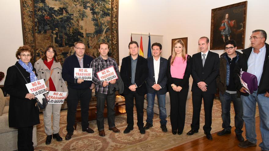 Emiliano García-Page con la Plataforma de Afectados por el Trasvase Tajo-Segura / JCCM