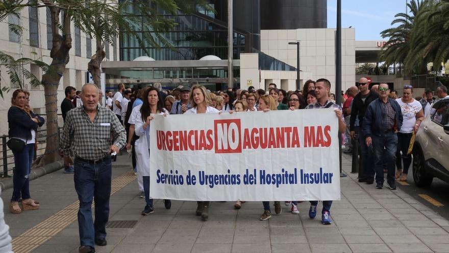 Concentración de trabajadores en el Hospital Insular en apoyo de los médicos de Urgencias denunciantes. (ALEJANDRO RAMOS)