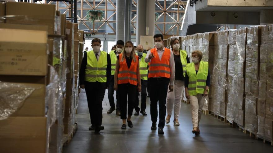 El president Ximo Puig visita las instalaciones de Feria Valencia, donde se almacena el material sanitario adquirido por la Generalitat.