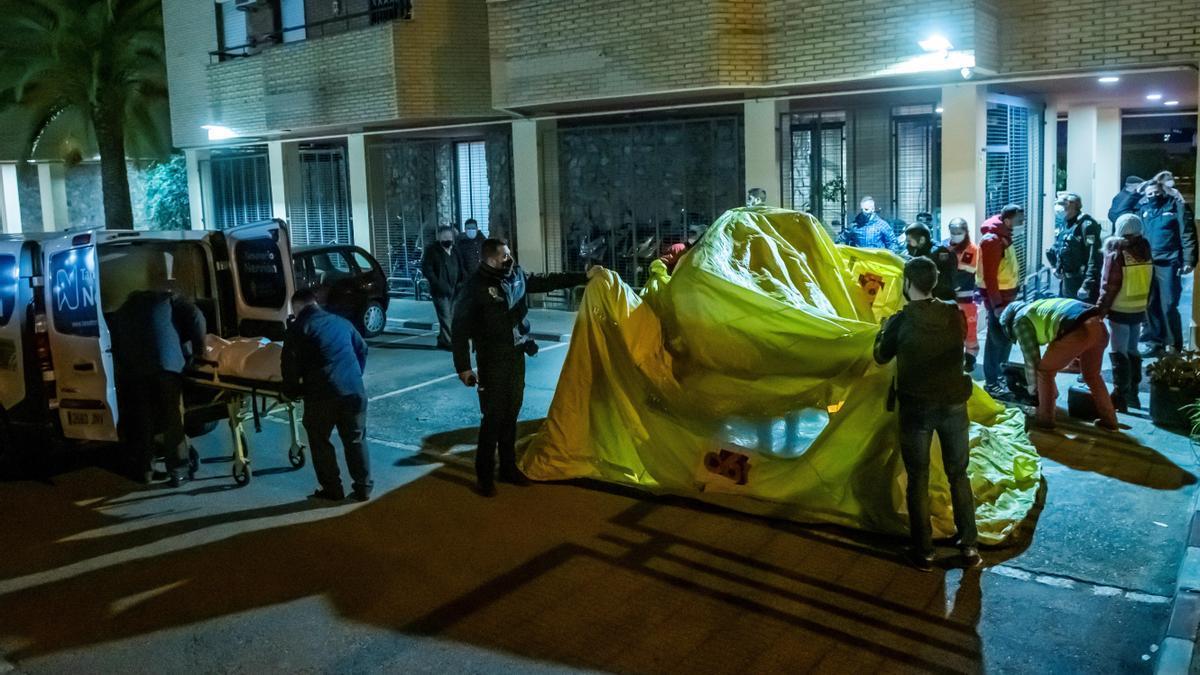 Una mujer de unos 80 años ha fallecidoen el incendio de una residencia de ancianos de la calle Baltasar Gracián, en Sevilla, ocurrido poco antes de la medianoche. EFE/Raúl Caro