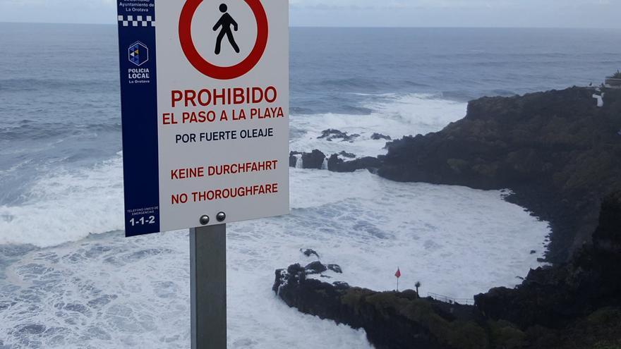 El mal tiempo obliga a cerrar varia playas de Tenerife y la carretera de Garachico