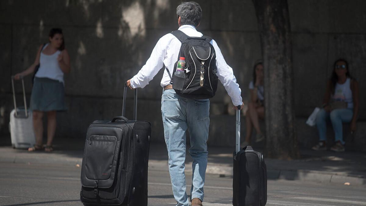 Un hombre con varias maletas   TONI BLANCO