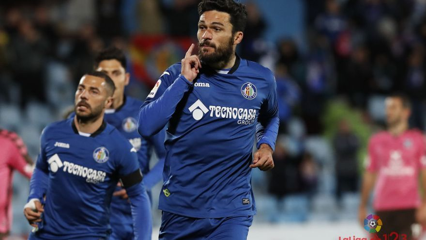 El jugador del Getafe, Jorge Molina, celebra uno de los goles anotados frente al Tenerife en el Coliseum durante la jornada 29.