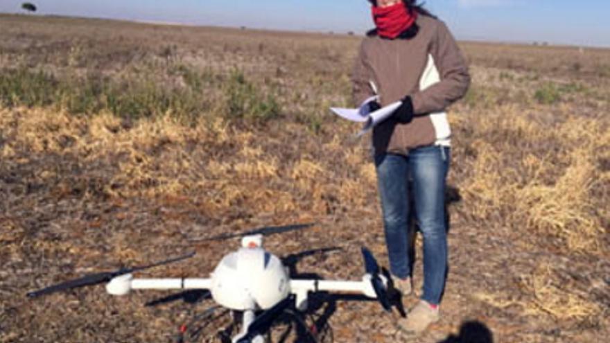 La investigadora del CREA junto a un dron / UCLM