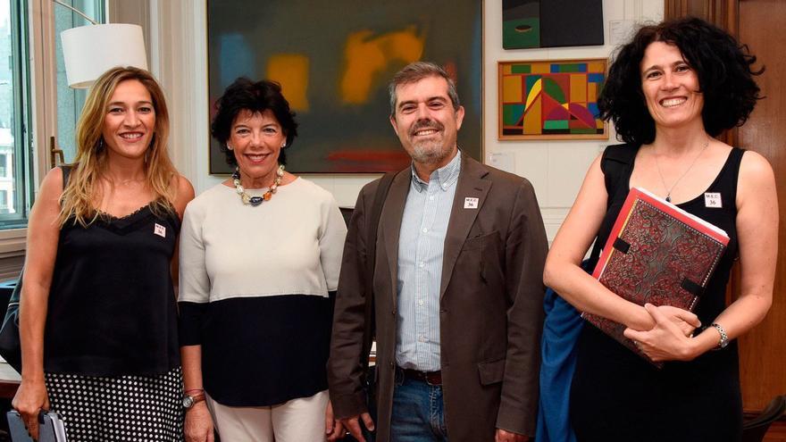 Miriam Leirós (izquierda) junto con la ministra Isabel Ceelá