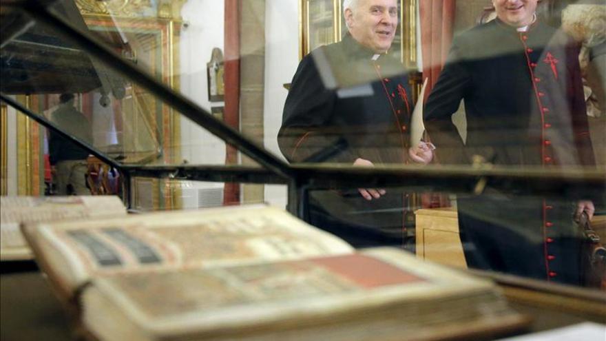 El deán de Santiago quiere difundir la riqueza del Archivo tras el polémico robo del Códice