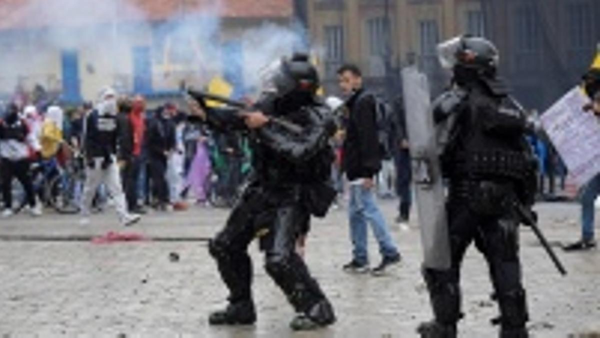 La policía reprime las manifestaciones, pero tolera el accionar punitivo de parapoliciales de civil que eligen a sus víctimas aprovechando los disturbios.