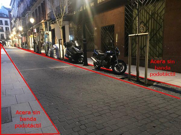 Problemas de accesibilidad de la calle Hernán Cortés, sin bandas podotáctiles | Fotografía: Somos Chueca
