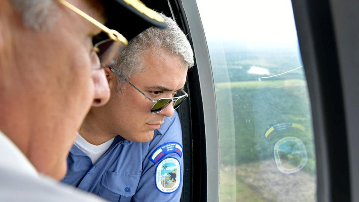 El presidente Duke durante un viaje en helicóptero, en 2019.